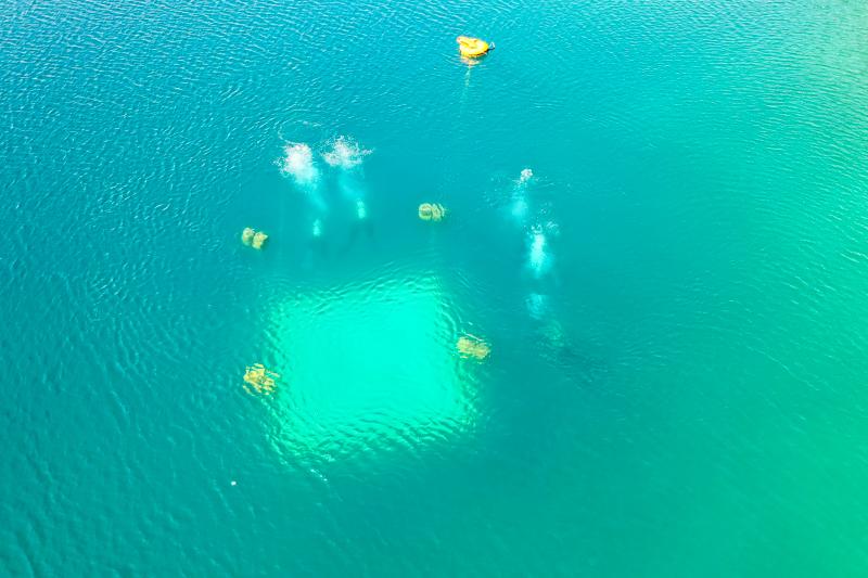 Drohnen Luftbild Taucher am Murner See beim Abstieg auf eine 6m Plattform